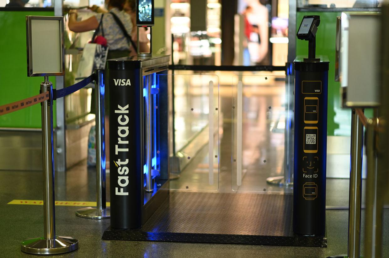 Швидке обслуговування пасажирів в аеропорту для власників преміальних карт Visa від МТБ БАНКу - фото 5 - mtb.ua